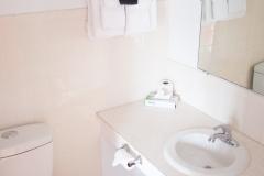 21_Bathroom_2